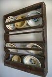 Oude platen op de plank Royalty-vrije Stock Foto's