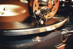 Oude platenspelergrammofoon Stock Afbeeldingen