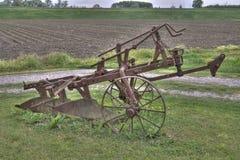 Oude ploeg op het gras Royalty-vrije Stock Foto