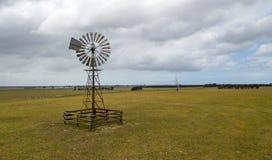 Oude pomp 01 van de windmolen royalty-vrije stock foto's