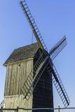 Oude Poolse windmolens en slepen van vliegtuigen die in de hemel, Lednogora vliegen Stock Foto