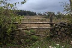 Oude poort aan een gebied stock afbeelding