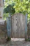 Oude poort in de werf Stock Foto