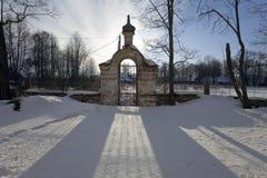 Oude poort in de winterzonsondergang Stock Foto's