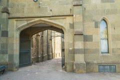 Oude poort en een oude muur met een venster Stock Fotografie