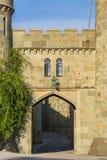 Oude poort en een oude muur met een venster Royalty-vrije Stock Afbeelding