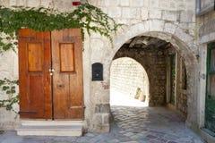 Oude poort en houten deur Royalty-vrije Stock Fotografie