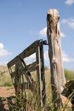 Oude poort op knotty post Stock Fotografie