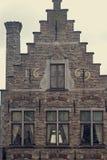 Oude prentbriefkaar met architecturaal voorgeveldetail bij één oude buildin Royalty-vrije Stock Fotografie