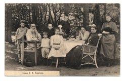 Oude prentbriefkaar met L.N.Tolstoy familieportret Stock Afbeelding