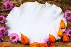 Oude prentbriefkaar omringde de giftendaling van de de herfstsamenstelling Stock Foto's