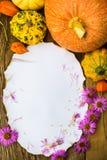 Oude prentbriefkaar omringde de giftendaling van de de herfstsamenstelling Stock Afbeelding