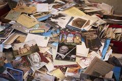 Oude prentbriefkaaren in een markt royalty-vrije stock foto's