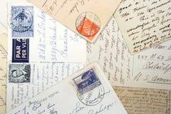 Oude prentbriefkaaren en hand het schrijven Royalty-vrije Stock Foto