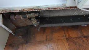 Oude radiator in een flatgebouw in de Stad van New York stock footage