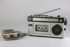 Oude radio en cassetterecorder met cassettes Stock Fotografie
