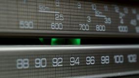 Oude radiowijzerplaat, die naar posten in verschillende radiofrequenties zoeken stock footage