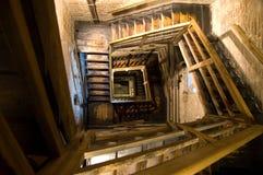 Oude rechthoekige spiraalvormige trappen stock afbeelding