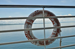 Oude reddingsboei op de omheining van een boot Stock Foto's