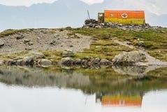 Oude reddingsschuilplaats op de kust van ijzig stock foto's