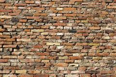 Oude regelmatig ingelegde bakstenen muur stock foto