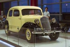 Oude retro auto Skoda in de luchthaven van Praag Stock Afbeelding