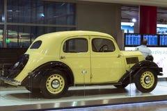 Oude retro auto Skoda in de luchthaven van Praag Stock Foto's