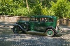 Oude retro auto VOLVO die AMAZONIË 121 participatie in rasleeuw nemen Royalty-vrije Stock Foto