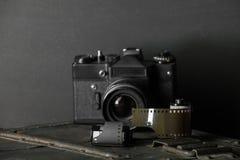 Oude retro camera en 35 mm Royalty-vrije Stock Afbeeldingen