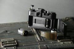 Oude retro camera en 35 mm Stock Foto's
