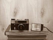 Oude retro camera met flits op houten achtergrond Stock Afbeelding