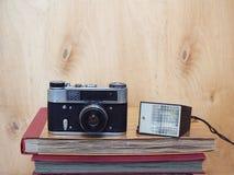 Oude retro camera met flits op houten achtergrond Royalty-vrije Stock Afbeeldingen