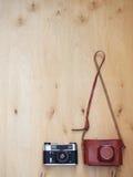 Oude retro camera met leergeval op houten achtergrond Royalty-vrije Stock Afbeelding