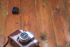 Oude retro camera op uitstekende houten raads abstracte achtergrond Exemplaarruimte voor tekst Royalty-vrije Stock Foto's