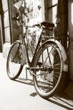 Oude retro fiets Royalty-vrije Stock Foto's