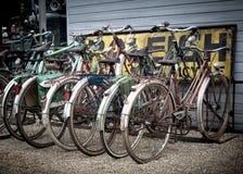 Oude retro fietsen. Royalty-vrije Stock Afbeeldingen