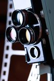 Oude retro filmcamera op achtergrond van perforatiefilm royalty-vrije stock fotografie