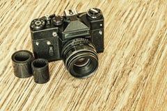 Oude retro fotocamera en film negatieve strook op lijst royalty-vrije stock foto