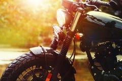Oude retro motorfiets en de mooie achtergrond van de zonsonderganghemel royalty-vrije stock afbeeldingen