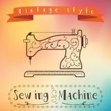 Oude retro naaimachine met bloemenornament op colorfullachtergrond Uitstekend etiketontwerp Het effect van de kleurenstroom Hipst Stock Afbeeldingen