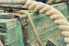 Oude retro objecten antieke weefsel houten kratten en kabels als achtergrond royalty-vrije stock afbeeldingen
