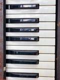 Oude retro onnodige defecte muzikale synthesizer stock fotografie