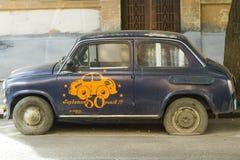 Oude retro Sovjetauto ZAZ Zaporozhets op stadsstraat Royalty-vrije Stock Foto's