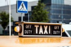 Oude retro taxi op de straten Stock Foto's