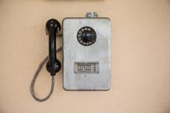 Oude retro telefoon op een muur van grijs royalty-vrije stock afbeeldingen