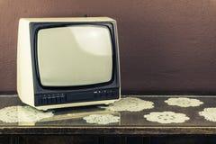 Oude retro TV op uitstekende lijst, bruine achtergrond Stock Foto