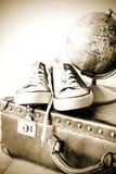 Oude retro vakantiekoffer en schoenen voor globetrotter Royalty-vrije Stock Fotografie