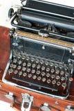 Oude retro zwarte metaalschrijfmachine met antieke ronde sleutels Royalty-vrije Stock Foto