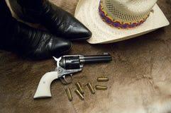 Oude Revolver en Laarzen Stock Foto