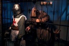 Oude ridder en monniksgevangene in kasteel Stock Foto